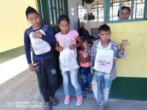 consegna kit scolastici-donazione ai bambini-Leonardo Valderrama-Maria Terranova-casa editrice costruttori di Pace (8)